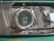 ボルボのヘッドライト黄ばみ変色を磨き上げコーティングします。
